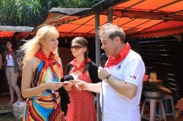 председатель РК Тайвань А. Браславский вручает карточки новым членам клуба