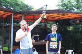 председатель РК Тайвань А. Браславский вручает приз победителю ультрамарафона А. Тарасову