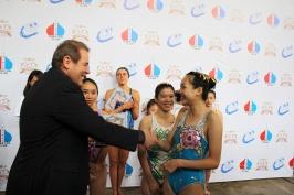 председатель РК Тайвань А. Браславский вручает грамоты победителям турнира