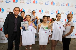 председатель РК Тайвань А. Браславский вручает грамоты и поло с символикой РКТ
