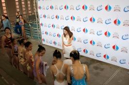 Аня Марченко проводит лекцию с молодыми участниками турнира